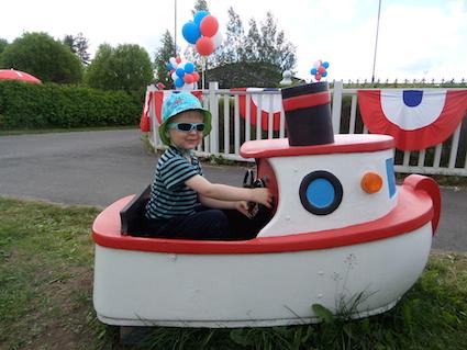 Julian laivaa ohjaamassa.