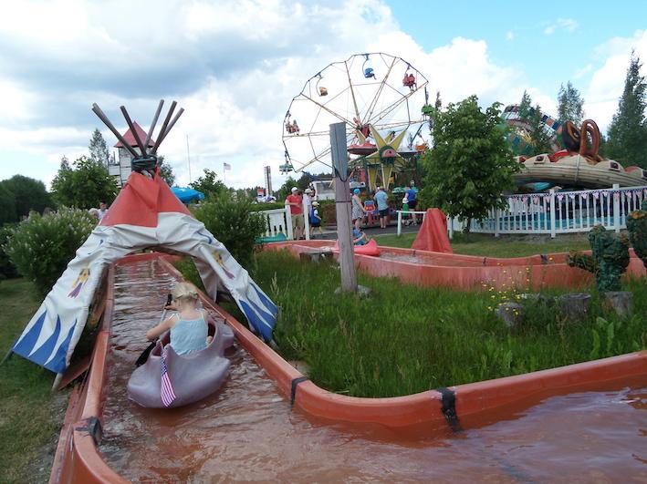 Amerikan päivillä kanoottijoen kanootitkin saivat asiaankuuluvat liput.