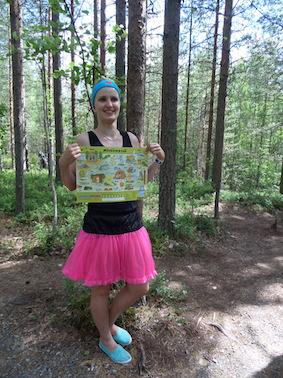 Kirsi esitteli Mörkömetsän karttaa, johon voi kerätä leimoja polun varrelta.