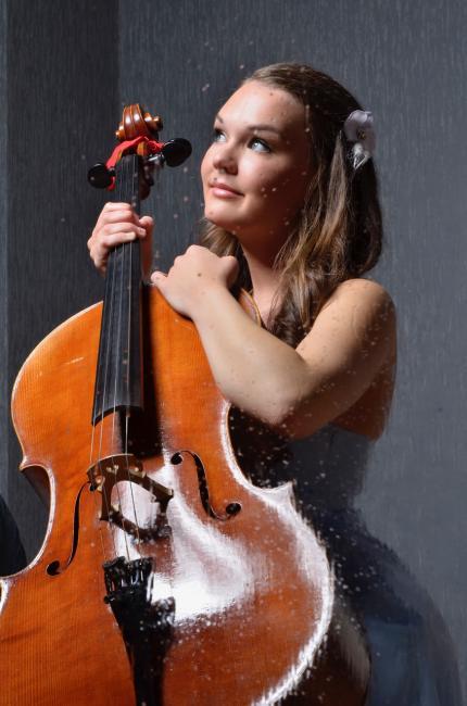 Norjalainen sellistilupaus Sandra Lied Haga esittää Väyläfestivaalilla mm. J.S. Bachin musiikkia.